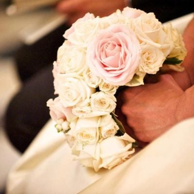 A bridal bouquet by Traverso Fleuriste Marco Traverso with Avalanche+ and Sweet Avalanche by Meijer Roses