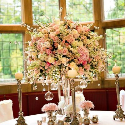 Beautiful arrangement with also Avalanche+ and Sweet Avalanche byMeijer Rosesdesigned byRed Floral Architecture!